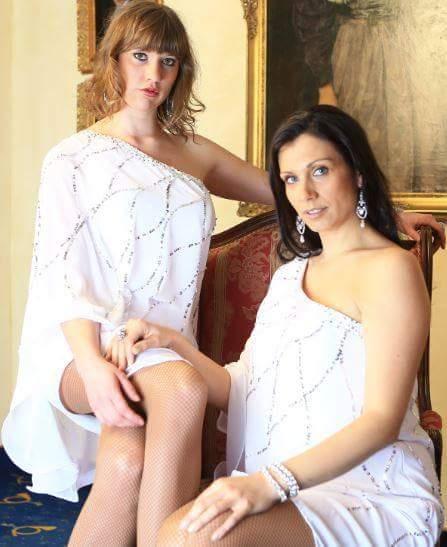Verena und Johanna engelsgleich auf einem großen Sessel, dabei sind Frauen auch keine Engel