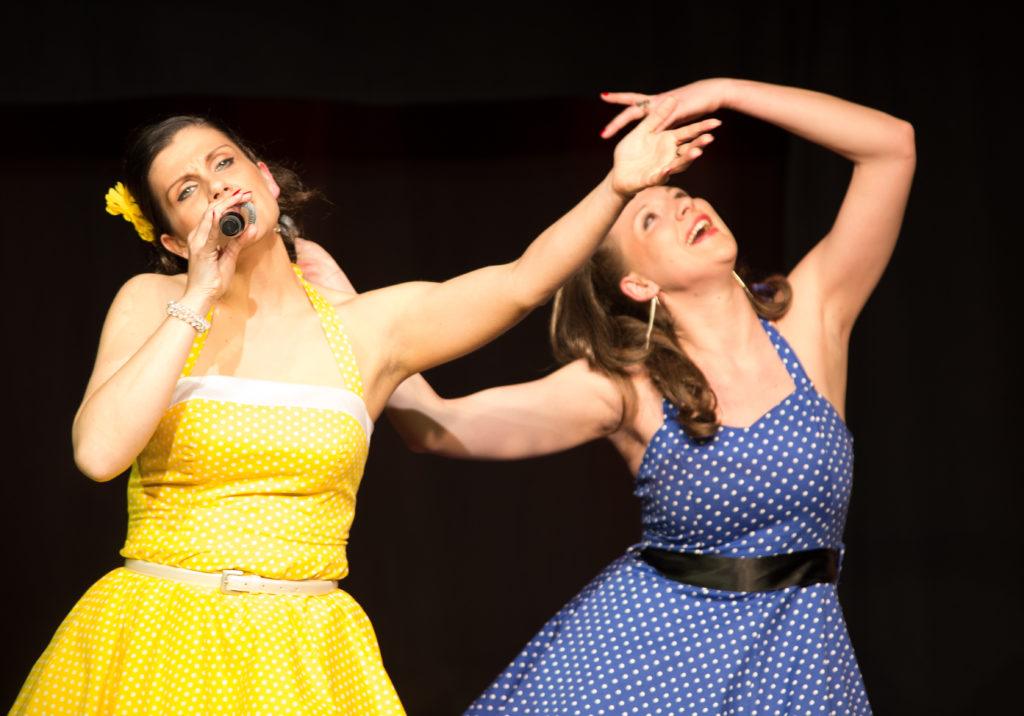 Johanna und Verena in Outfits der 60er Jahre in Frauen sind auch keine Engel